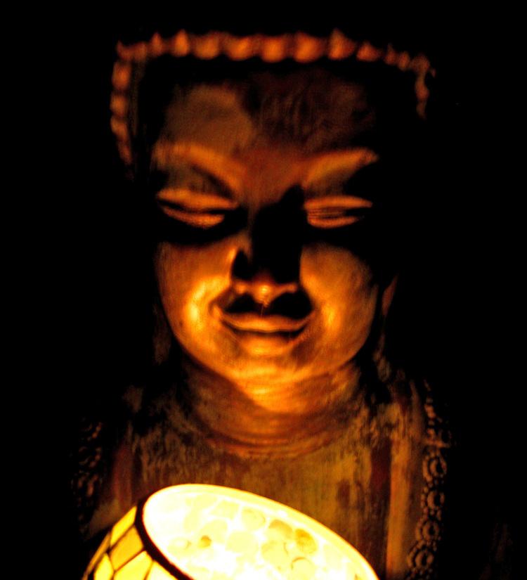 Candlelit_buddha